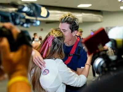 OL-vinner Ingebrigtsen møtt med jubel: Her får han gullkysset