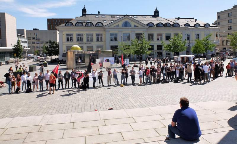 motkrefter: Motmakt, Drammen Rød Ungdom og Drammen Sosialistisk Ungdom og Drammen og omegn tros- og livssynsforum hadde mobilisert for en synlig protest foran SIANs stand. FOTO: KATRINE STRØM
