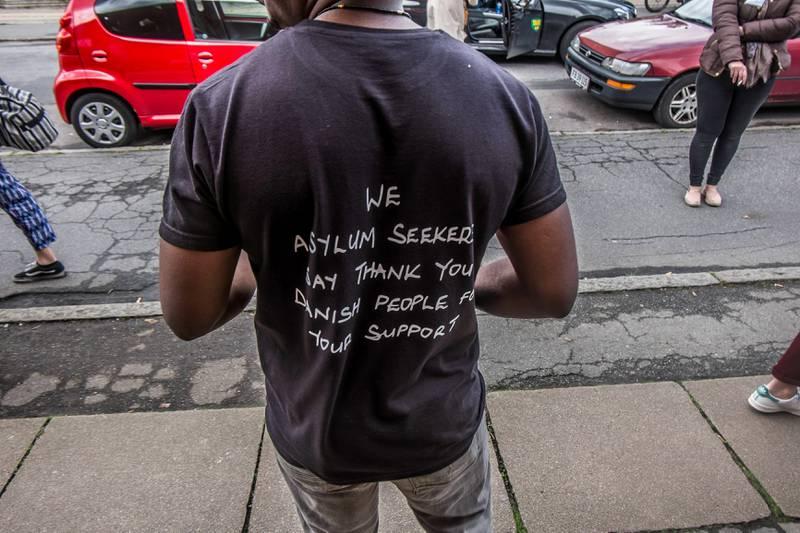 «Vi asylsøkere sier takk for hjelpen til det danske folket», står det på baksida av T-skjortene til Trampoline-brukerne. FOTO: Andreas Ståhl