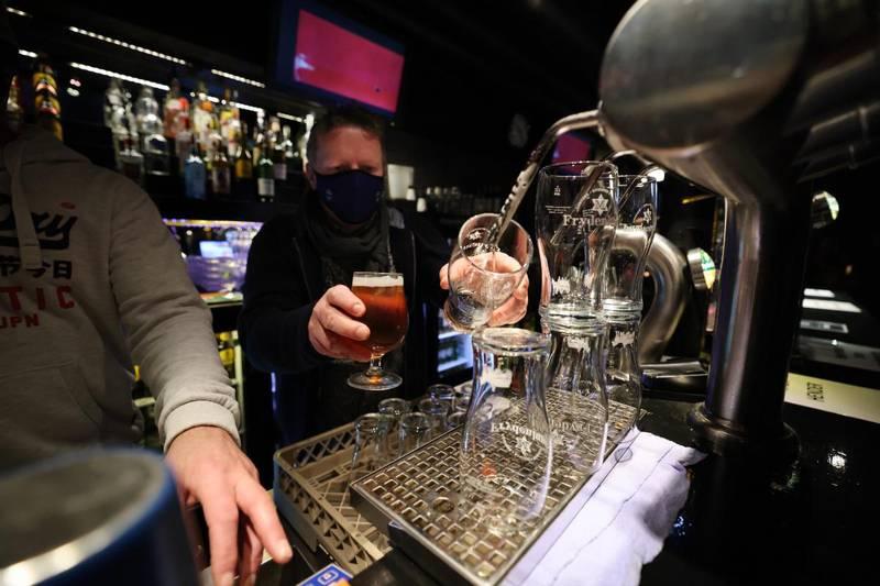 Barsjef Terje Andersen på utestedet Onkel Blaa i Bærum skjenker øl iført munnbind. Foto: Ørn E. Borgen / NTB