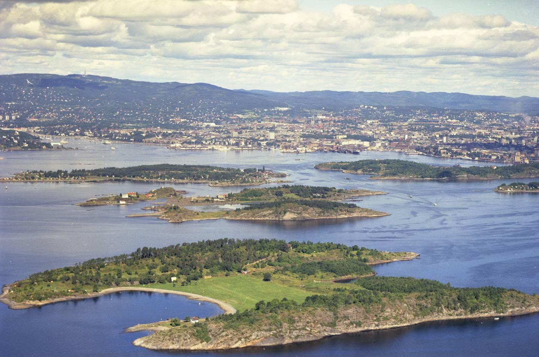 Flyfoto av Langøyene. Rambergøya, Gressholmen og Lindøya i bakgrunnen 1965.