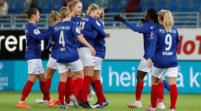 VIF-jentene feirer 4-0 målet i mesterligakvalifiseringen mot Klaksvik fra Færøyene denne uka. Foto: Terje Bendiksby / NTB