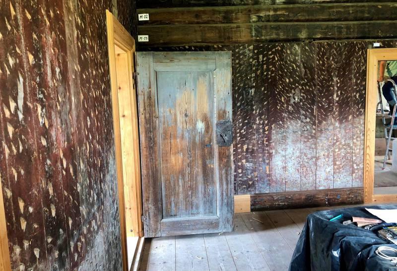 Døra med vakker patina ville mange kanskje beholde slik, men den skal restaureres med tidsriktig farge og linoljemaling.