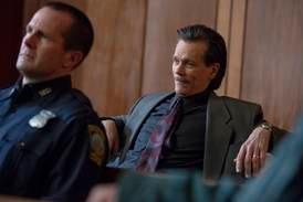 Kevin Bacon trives som bad cop