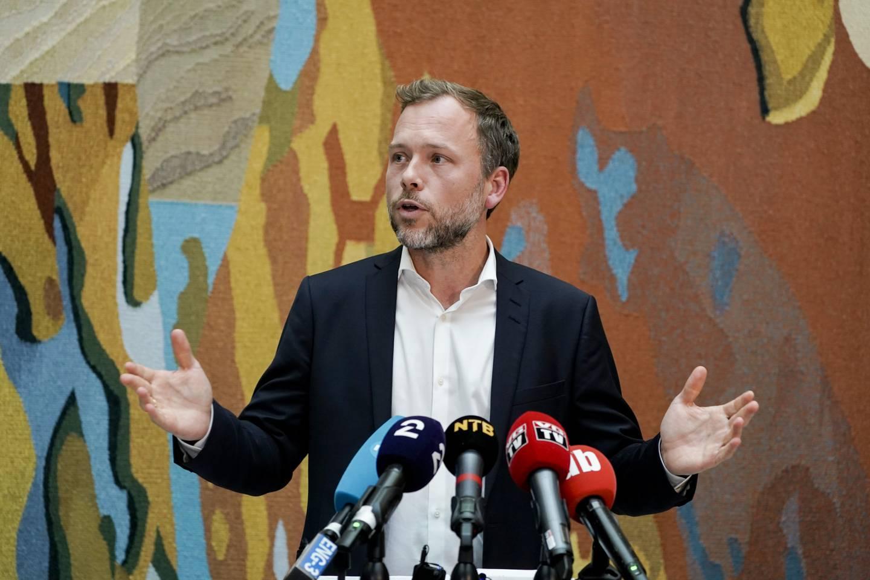SV-leder Audun Lysbakken kommenterte regjeringsplattformen i vandrehallen i Stortinget onsdag. Foto: Terje Pedersen / NTB