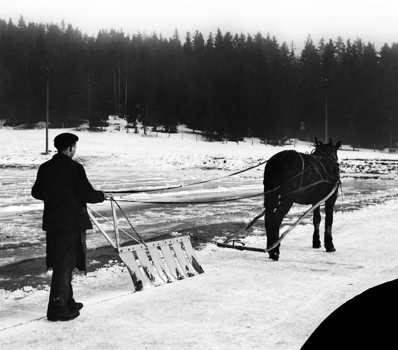 For at resultatet skulle bli optimalt – glassklar is – måtte isen pløyes. Smestaddammen 1912. FOTO: ANDERS BEER WILSE/OSLO MUSEUM