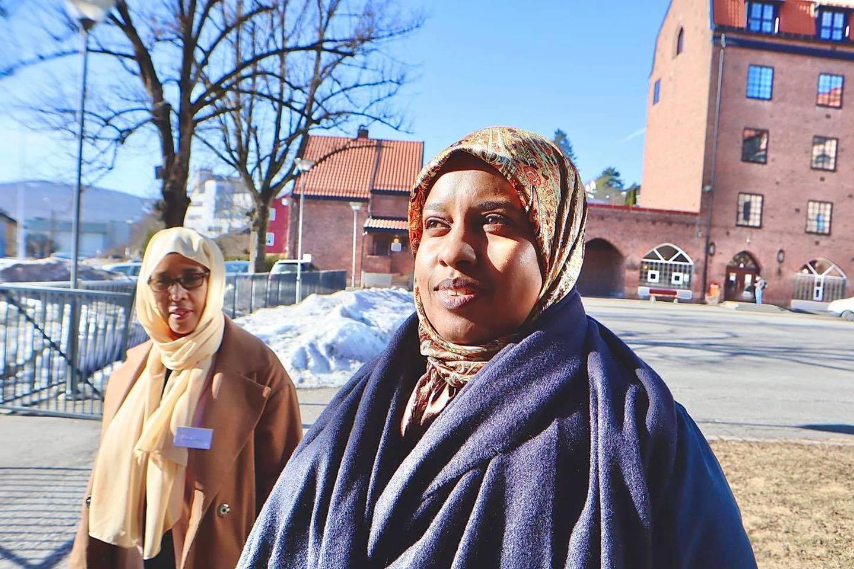 Fadumo Abdi og Sagal Sharif jobber i helsevesenet og er Drammen Sanitetsforening  sine helseambassadører.