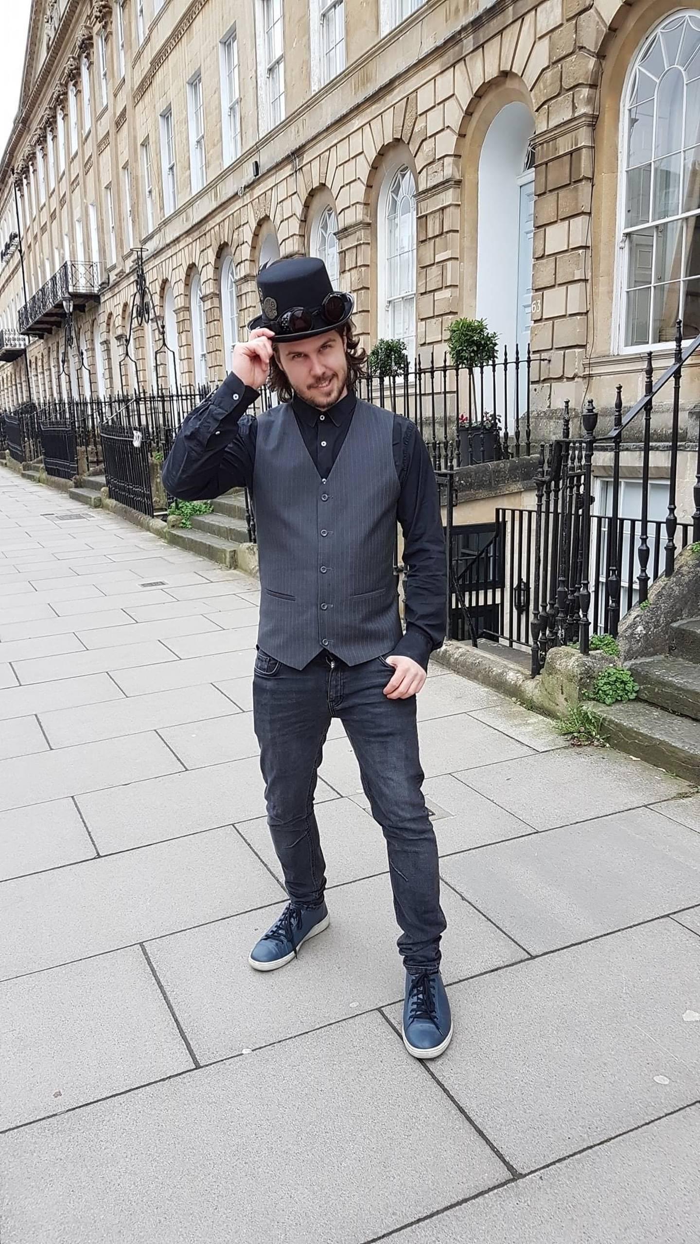 Daniel Andre Johansen med topphatt i Londons gater