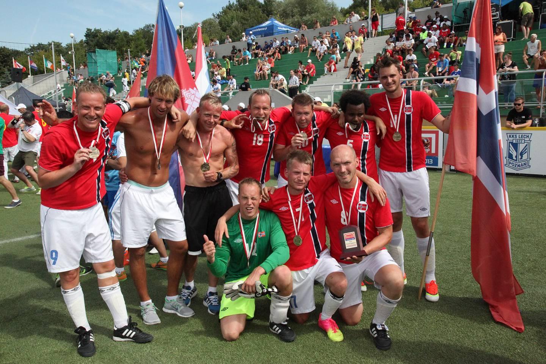 Det norske laget, med Magne Zetterstrøm nede til høyre, feirer sølv i VM i gatefotball i 2013.