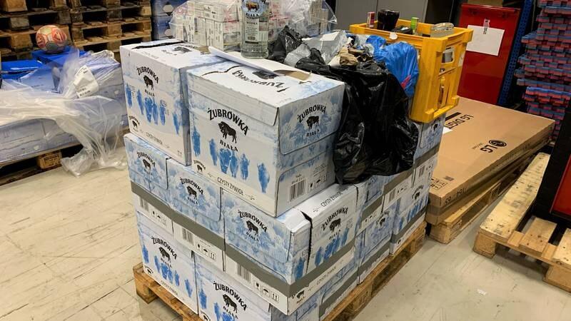 Beslag av 303 liter brennevin, 3,7 liter vin og 2.600 sigaretter ved Svinesund tollsted 13. september 2021.