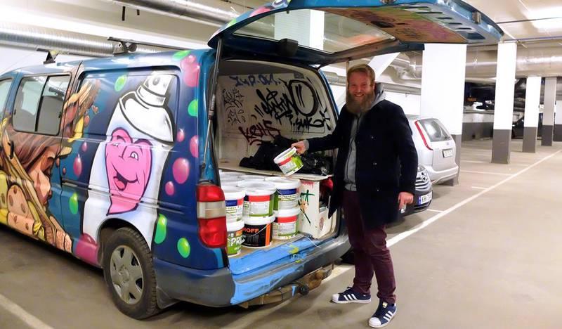 Eric Ness Christiansen er del av et miljø av gatekunstnere og graffitimalere som gjerne reiser langt for å utøve sin kunstart. Det hender at han ber kolleger om en hilsen på bilen sin. FOTO: KATRINE STRØM