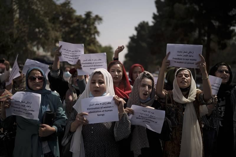En gruppe afghanske kvinner krever respekt for sine rettigheter under en demonstrasjon i Kabul søndag. Foto: AP / NTB