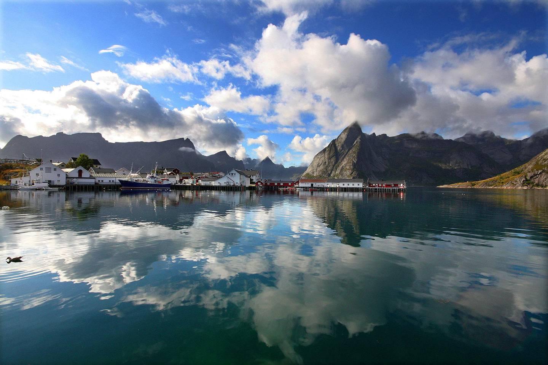 Tenk deg å padle her! Lofoten er magisk, året rundt. Overnatt i en av rorbuene på Hamnøy, Sakrisøy eller i Reine.