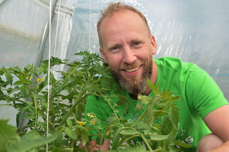 Tomatplantene er på plass i drivhuset. De første spirene dyrket Erik-André Hvidsten  fram i parets leilighet i Oslo.