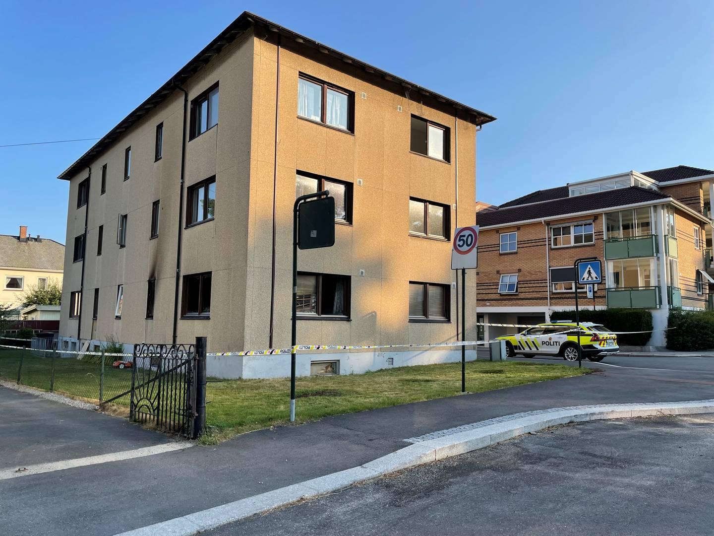 Flere beboere ble evakuert i forbindelse med brannen, som oppsto i en leilighet i den tre etasjer høye blokka i Sandesundveien.