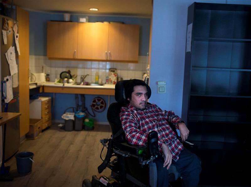Funksjonshemmede Kristoffer Væhle Rodriguez frykter at han blir sittende mye inne, og ikke får råd til å ha et vanlig liv, nå som kommunen har doblet leien.