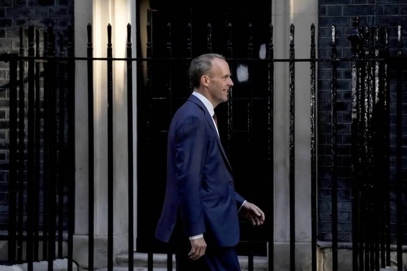 Storbritannias utenriksminister Dominic Raab har fått ny jobb som justisminister, en endring han ifølge kilder ikke er spesielt fornøyd med. Her forlater han 10 Downing Street etter møte med statsminister Boris Johnson. Foto: Matt Dunham / AP / NTB
