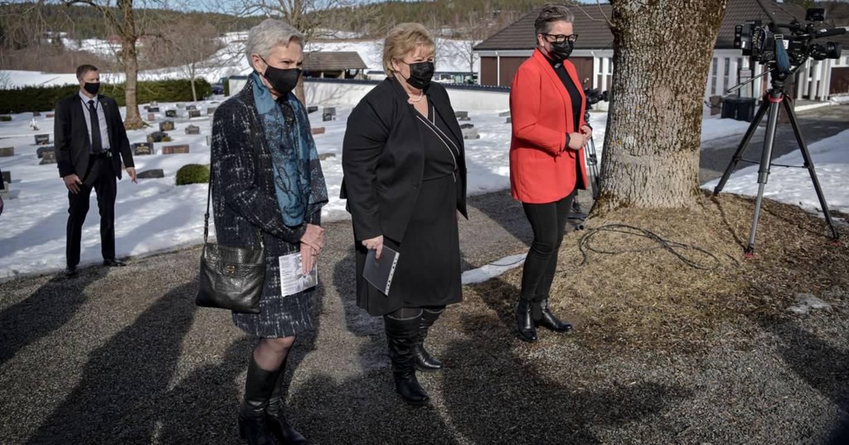 TUNG DAG: Her er Peggy Hessen Følsvik i Hans-Christian Gabrielsens begravelse, sammen med statsminister Erna Solberg og prest Marita Bjørke Ådland.
