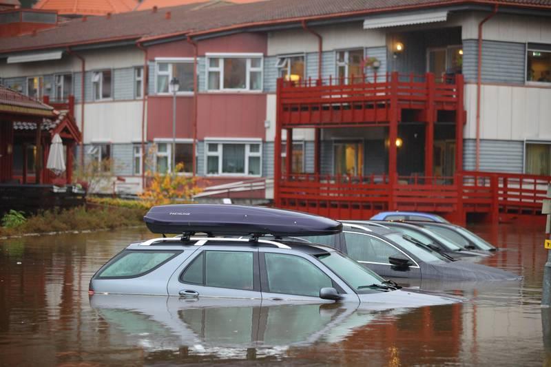 Tvedestrand  20171022. Biler under vann i Tvedestrand. Regnet øste ned på Sørlandet i helgen og forvandlet veier, parkeringsplasser og folks hager til svømmebasseng. Flere steder ble TV-aksjonen avlyst. Foto: Kristian Vabo / Flom i Tvedestrand