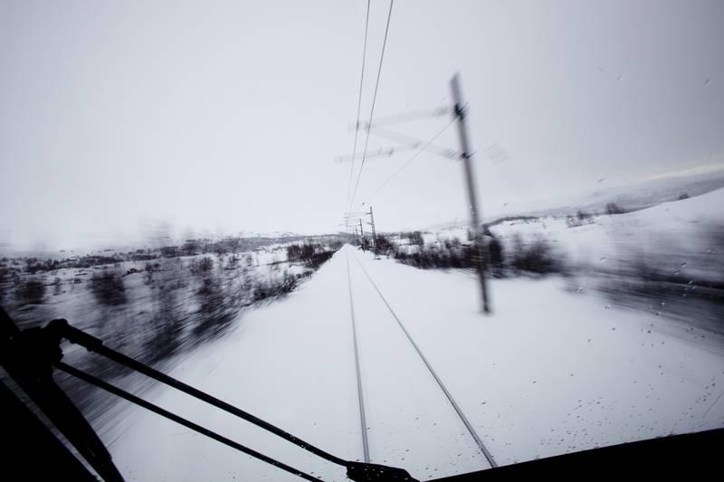 Skiløpere glemmer ofte at det ikke er greit å krysse jernbanen, forteller Bane Nor. Dette bildet er tatt på Bergensbanen mellom Finse mot Haugastøl. Arkivfoto: Tore Meek / NTB