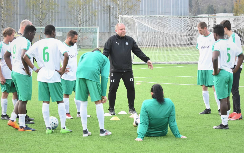 HamKams gatelag i Hamar lytter til trener Kai Kristiansen under en treningsøkt.