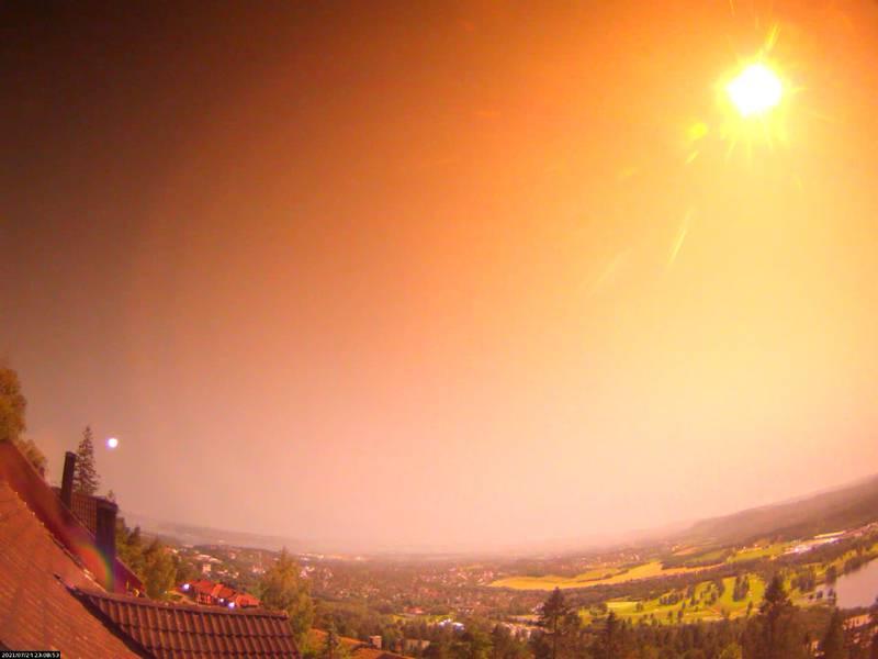 I noen få sekunder ble det nesten like lyst som på dagtid - da meteoren for over himmelen i retning Lier - natt til søndag. Dette bildet ble tatt fra Oslo.