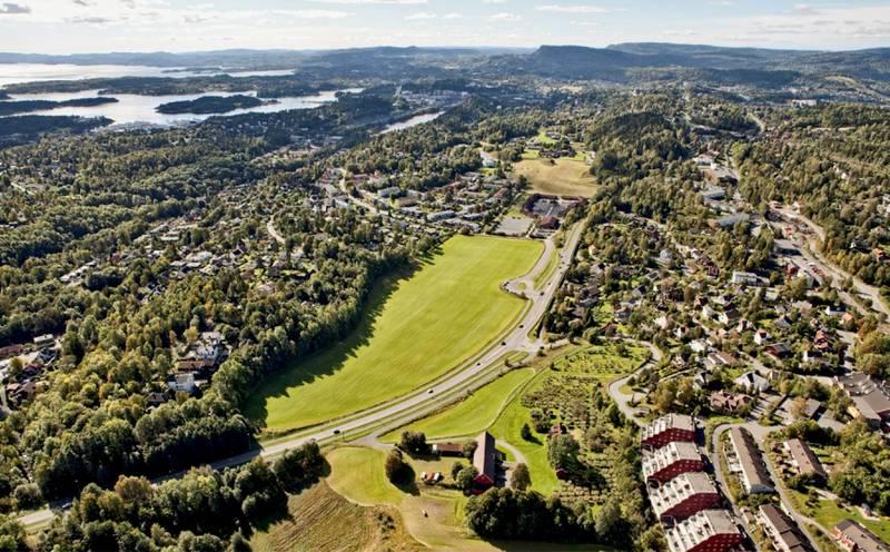 På dette jordet i Bærum vil Selvaag Bolig bygge 600 boliger med gangavstand til Kolsåsbanen. Men politikerne har sagt nei. FOTO: NYEBILDER