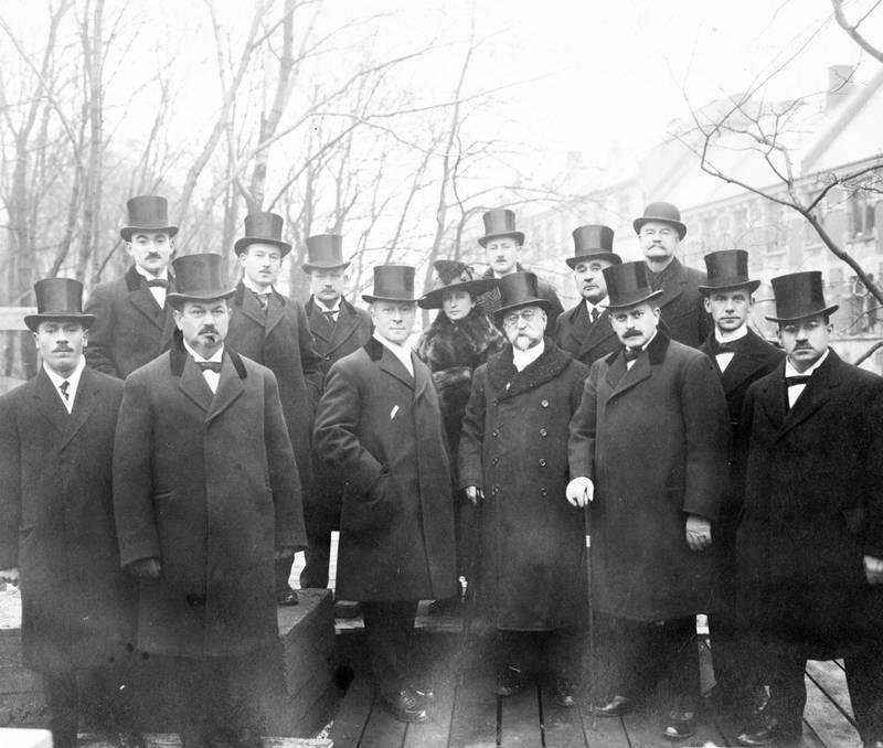 Dissenterlovgivningen av 1891 hadde åpnet for større religionsfrihet. I 1892 ble Det mosaiske trossamfunn dannet. Grunnsteinen til synagogen i Bergstien 13 ble høytidelig nedlagt av Det mosaiske trossamfunn 29. november 1918.