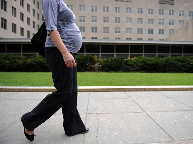 Illustrasjonsfoto av gravid kvinne som går forbi en offentlig bygning i Washington.