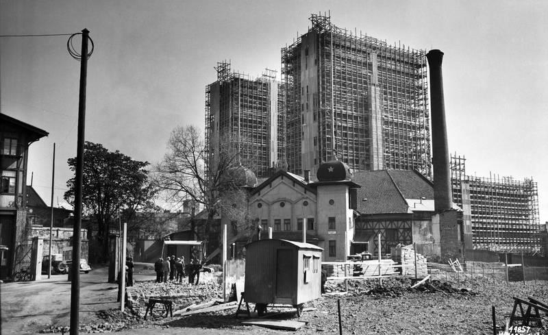 Reguleringa av Vika innebar også riving av Tivolis flotte bygninger. Siste sesong ble sommeren 1934. Her er det Chat Noir som står for fall i 1937.