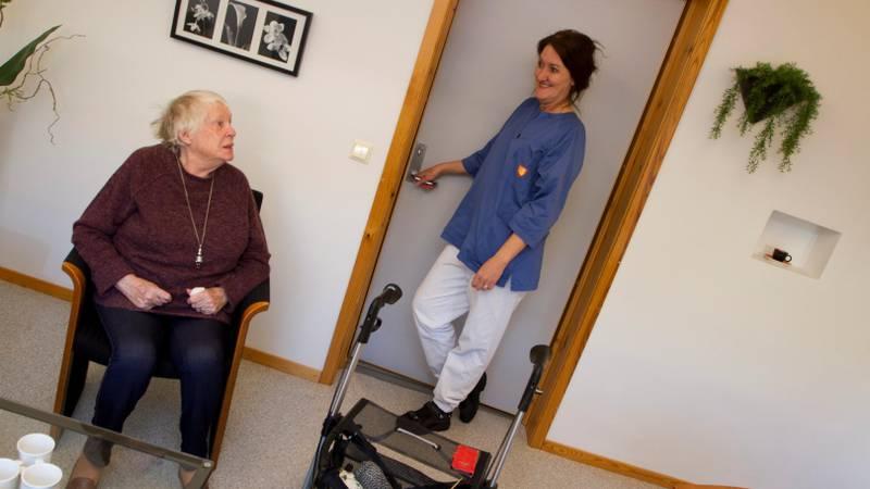 IKKE NOK PLASSER: Jorunn Molnes (her snart 93) i samtale med Maria Grimstad på Torsnes sykehjem i februar i år. Fredrikstad kommer dårlig ut på oversikten over sykehjemsdekningen for folk over 80 år.