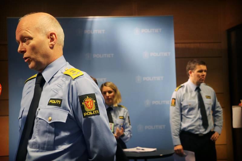 Politimester Hans Vik i forgrunnen. Politiadvokat og påtaleansvarlig Thale Thomseth i bakgrunnen, sammen med politioverbetjent og politifaglig etterforskningsleder Oddgeir Høyekvam.
