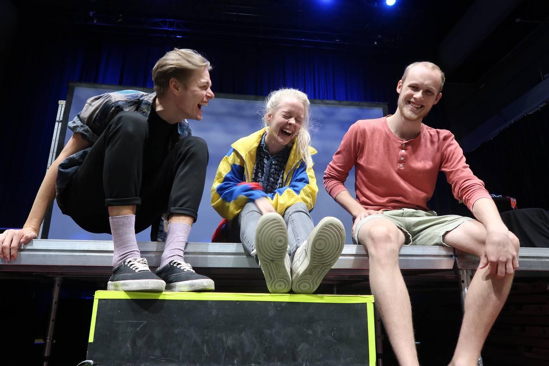 Den talentfulle teatertroikaen fyller dagene med intensiv øving og latter. Fra venstre: Frederic Molund, Julia Sørensen og Mats Gukild