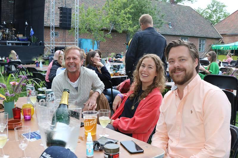 Festivalgjester sitter utendørs og koser seg under Månelanding 2021.