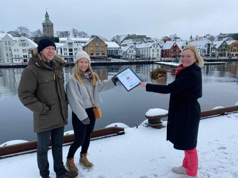 Endre Bryn Hidlefjord og Hanne Kvernberg Hidlefjord mottok Månedens klimabedrift av NHOs Tone Grindland. Foto: NHO Rogaland
