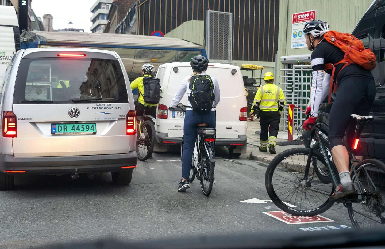 Fortsatt er det veldig mye som er ugjort før det å bruke sykkelen blir enkelt og greit, som dette bildet fra Oslo sentrum indikerer.