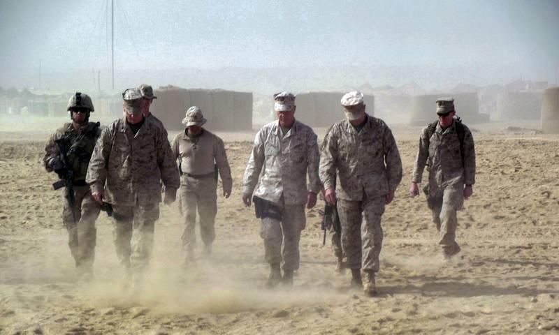 Amerikanerne kom til Afghanistan med hovmod og trodde de kunne skape et lite stykke Norge, mener granskeren av krigsinnsatsen i Afghanistan. Løgner og selvbedrag gjorde at ingen så hvor galt det bar hen, mener han. Her er general James Amos med soldater i Helmand-provinsen i 2011. Foto: Robert Burns / AP / NTB