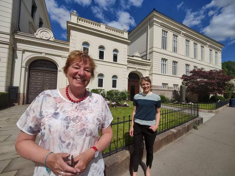 Oslo-ordfører Marianne Borgen (til venstre) og stortingsrepresentant Kari Elisabeth Kaski (begge for SV) foran Nobelinstituttets hovedkvarter i Oslo.