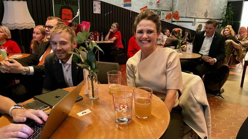 4. kandidat Tom Kalsås og Stavanger-ordfører Kari Nessa Nordtun på plass på Arbeiderpartiets valgvake på Tou i Stavanger.