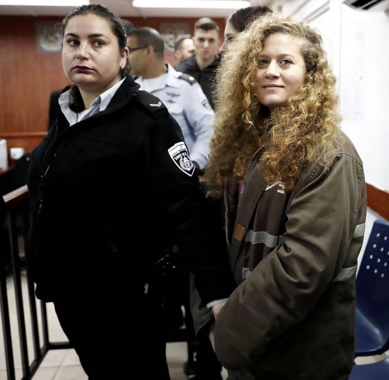 AKTIVIST: Den gang 16 år gamle Ahed Tamimi måtte sone 8 måneder i fengsel for å ha dasket til en israelsk soldat. Hendelsen ble filmet og gikk verden rundt i sosiale medier. FOTO: THOMAS COEX/NTB SCANPIX