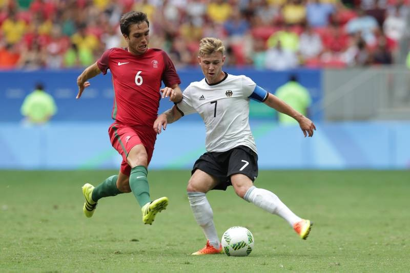 Tomás Podstawski i duell med Tysklands Max Meyer under Rio-OL i 2016. Foto: Eraldo Peres / AP / NTB