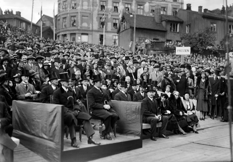 Høytidelig nedleggelse av Rådhusets grunnstein 4. september 1931. I bakgrunnen ses Bakkegata og Vinkelgata. Dette er nå Rådhusplassen.