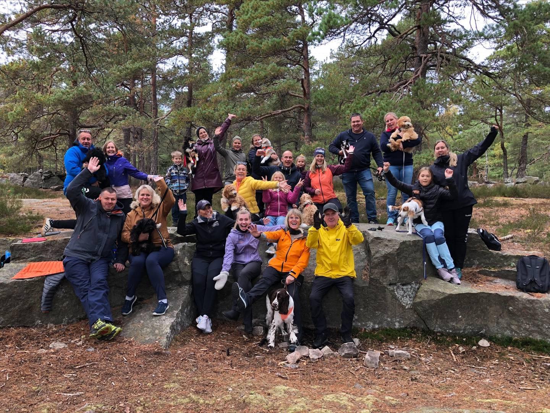 – Det er aldri feil å be om hjelp. Man er ikke en dårlig hundeeier selv om man ikke får til alt med en gang, sier instruktør Gro Heidi Hassing. Her er deltakerne på et av valpekursene på tur i skogen.