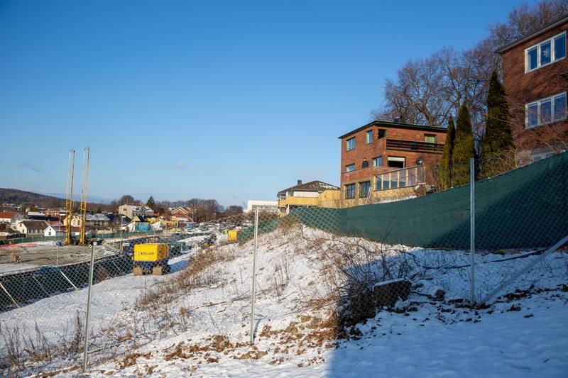 En ny rapport fra NGI slår fast at kvikkleireområdet rundt Fjordveien er farligere enn antatt. Det bekymrer Pål Clavsta Bjerkestrand, som bor tett inntil jernbaneutbyggingen. Bane NOR. Kvikkleire. Jernbane.