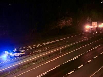 Fire lastebiler i kollisjon på E6 i Halden – én person omkom