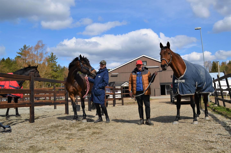 Silje Grønberg har kun vært med i ryttergruppa i noen uker. Anita Johannessen i to år.  – Det er viktig at alle får en ny sjanse, mener hun. – Mitt forbilde og mentor er Anita, sier Silje.