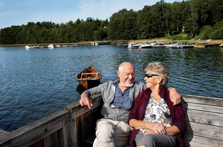 Erik Dammann med kona Ragnhild på hytta på Brønnøya.