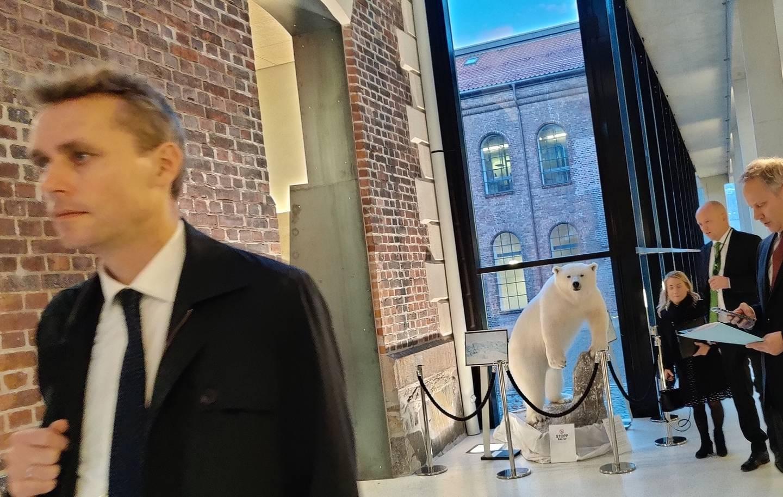 Ola Borten Moe, Sandra Borch og Trygve Slagsvold Vedum. Og en isbjørn.