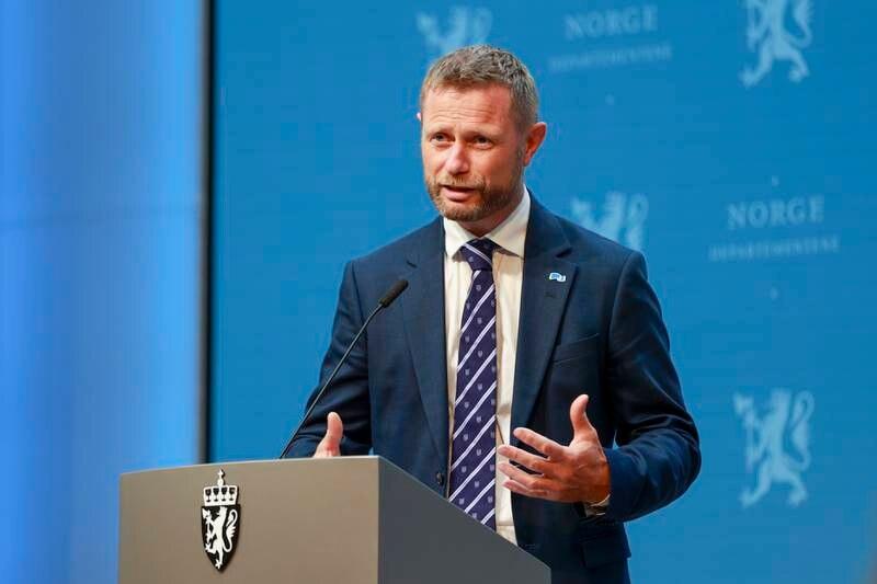 Helseminister Bent Høie (H) sier at regjeringen vil se nærmere på mulighetene for produksjon eller delproduksjon av vaksiner i Norge. Foto: Beate Oma Dahle / NTB