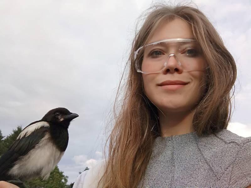 Eli Anne Tjøstland Søland holder skjæra hun har fostret opp i sommer